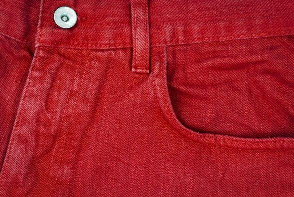 Jeans de colores. Rojo, azul brillante y verde van a hacer que tu ni&nti...