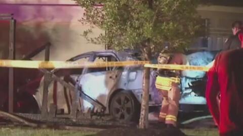 Conductor muere quemado al quedar atrapado dentro de su vehículo en llamas