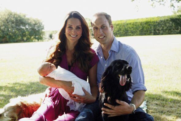 Kate, William, George y Lupo, el perro de la familia, en una de las foto...