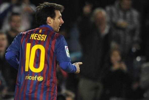 Messi y su clásico festejo, miró al cielo y se fue a abraz...
