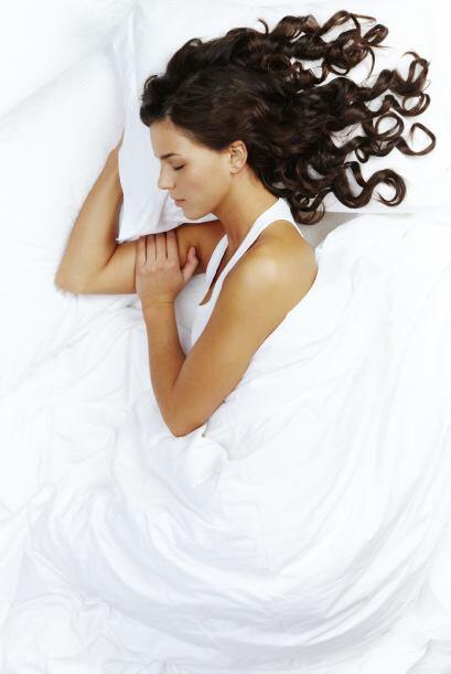 Seda. Una funda de almohada de seda o satén evitará que tu...