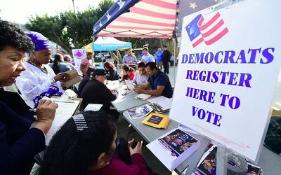 Voluntarios reclutan nuevos ciudadanos como potenciales votantes en Los...