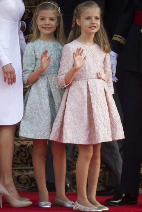 Leonor en rosa palo y su hermana en verde agua, confeccionados en tela b...