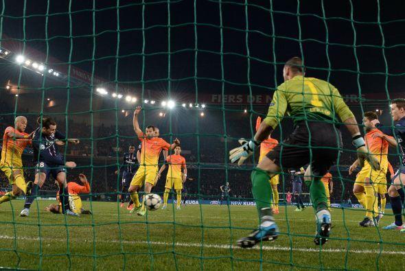 En el minuto 34 Ibrahimovic remató en fuera de juego y fusiló a Valdés.