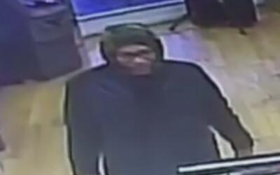 Buscan al sospechoso de golpear al empleado y robar en una tienda de cel...