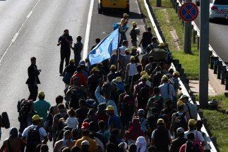 Cientos de inmigrantes salen de Budapest rumbo a Austria