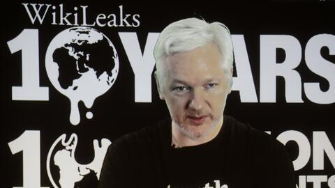 Julian Assange, fundador de KiwiLeaks, en videoconferencia desde la Emba...