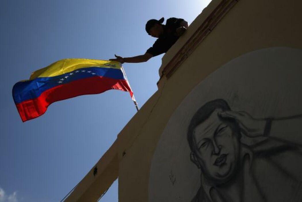 Este mural se encuentra cerca de los cuarteles militares, donde Chávez e...