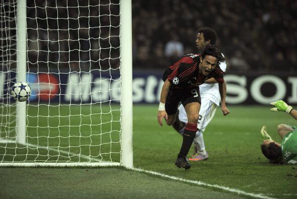 Filippo Inzaghi mandó el balón al fondo de las redes tras...