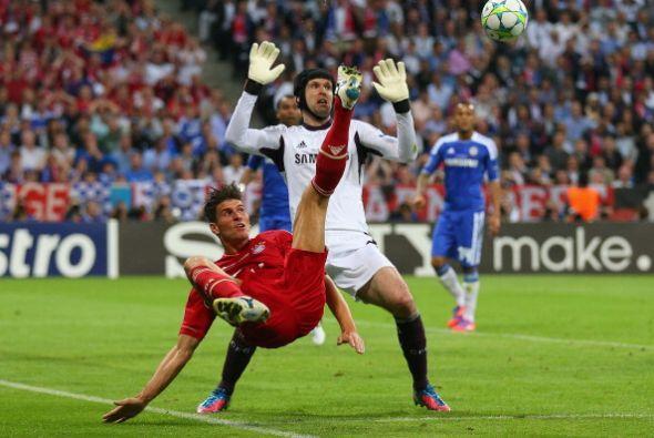 Otra oportunidad de Mario Gómez. Peter Cech, portero del Chelsea,...