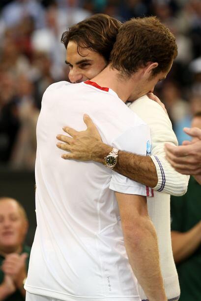 Murray y Federer se abrazaron al término del partido.
