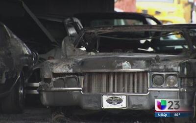 Sería intencional el incendio en dealer de autos antiguos