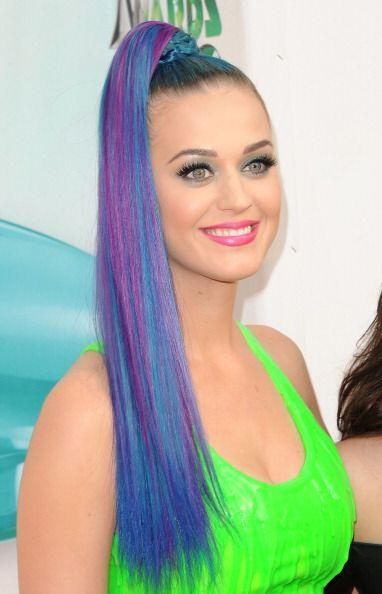 Una mezcla entre tonos azulados y morados en su larga cabellera es uno d...