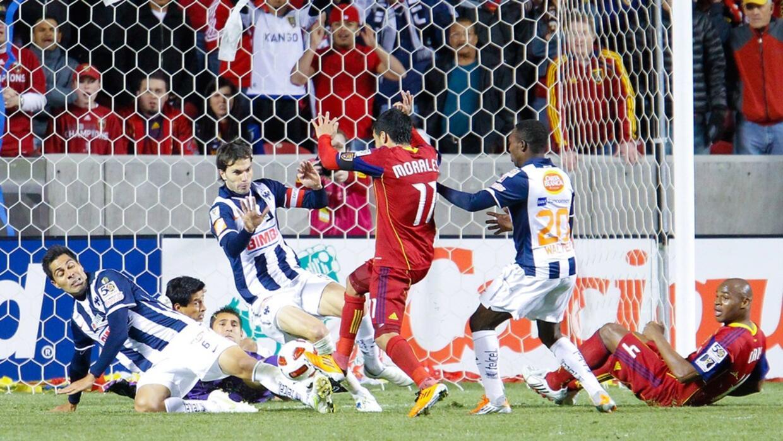 Javi Morales no puede marcar en el Rio Tinto ante Monterrey.