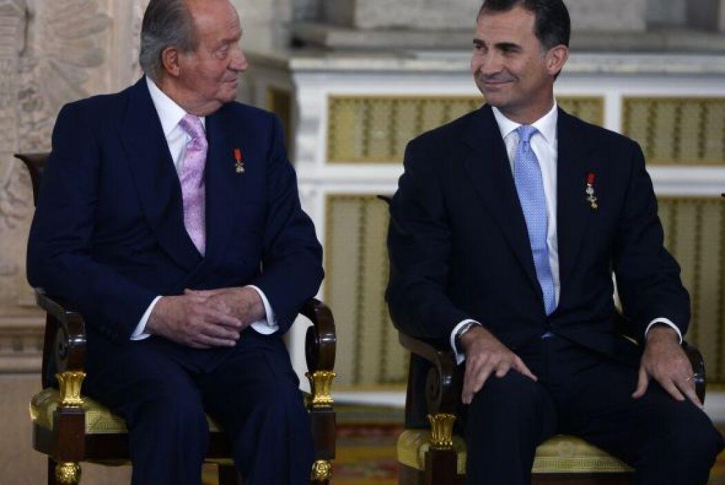 El rey Juan Carlos y el Príncipe Felipe durante la ceremonia de sanción...
