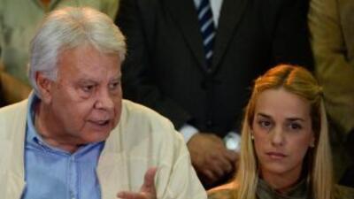 El expresidente Felipe González junto a la esposa de Leopoldo López, Lil...