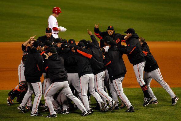 Un espectacular jonrón del quisqueyano Juan Uribe les dio el triunfo 3-2...