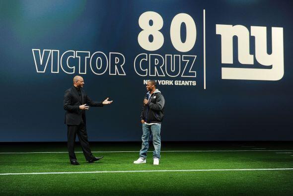Kris Aman, ejecutivo de Nike, y el receptor de los Giants Víctor Cruz, t...