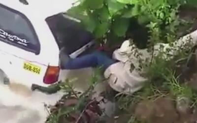 Pasajera queda atrapada contra una roca mientras el auto en el que viaja...