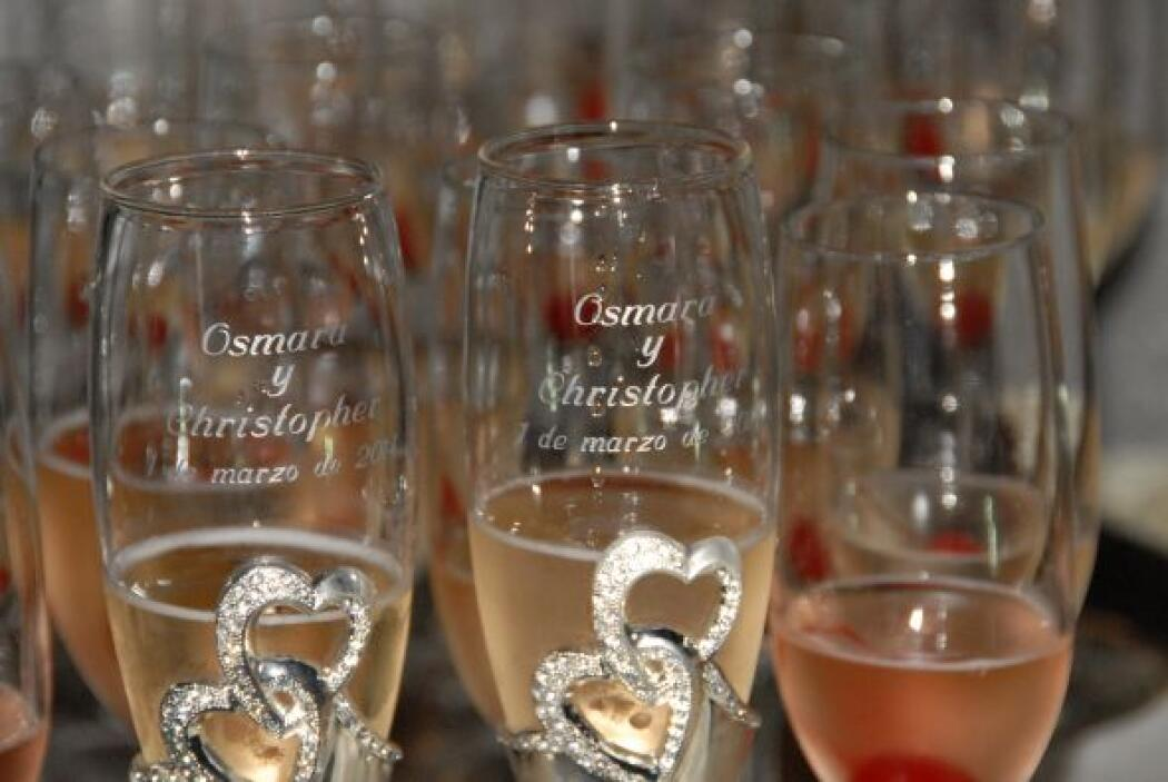 Las bellas copas para brindar por la felicidad de Osmara y Christopher.