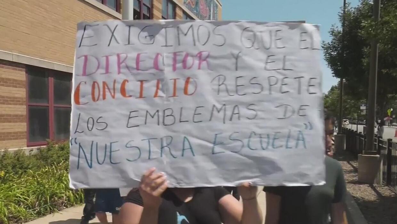 Padres piden que se vuelva a tocar el Himno Nacional mexicano en escuela...