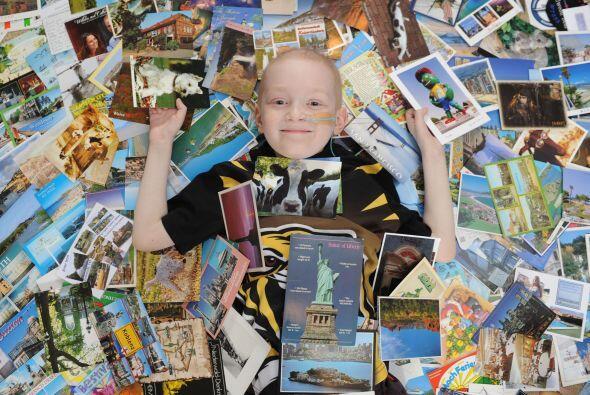 Ahora Josh quiere tener una postal por cada país del mundo y seguro lo l...