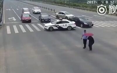 Video: Controversia ante Policía chino ayudando a un anciano