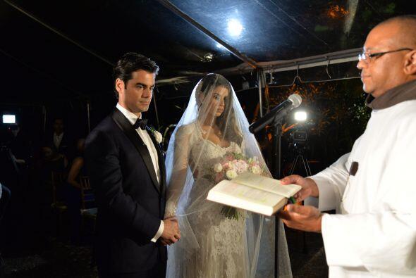 Vanessa y Jorge permanecían tomados de la mano y escuchaban muy e...