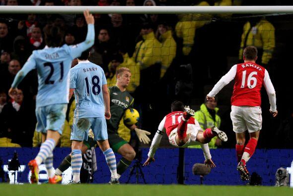 Arsenal tuvo ocasiones para igualar, pero el arquero Joe Hart se victió...
