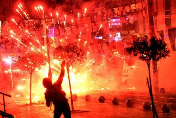 Fuegos artificiales encendidos por los manifestantes durante enfrentamie...
