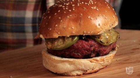 Master of the Grill: hamburguesa de res con bacon y tomates verdes
