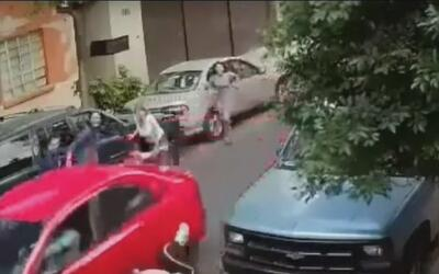 Un conductor agresivo atropelló a varias personas en una calle de México