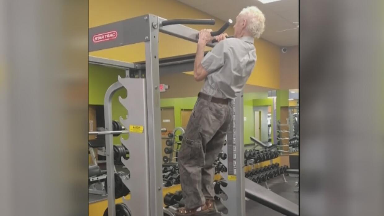 Hombre de 90 años de edad muestra su fuerza y destreza física en un gimn...