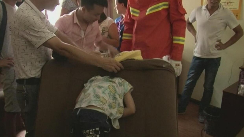 Así rescatarón los bomberos a un niño que tenía su cabeza atorada en un...