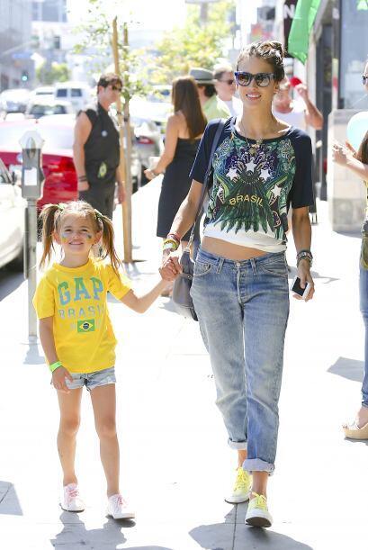 ¿Qué opinan del 'outfit' mundialero de estas dos preciosas? Alessandra y...