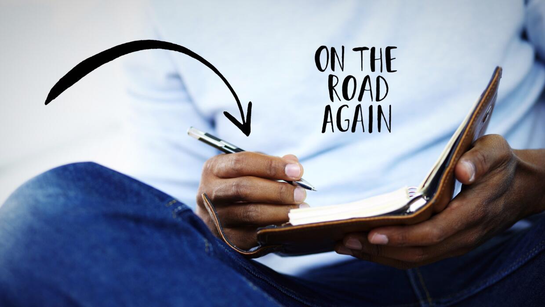 Persona escribiendo en cuadernillo
