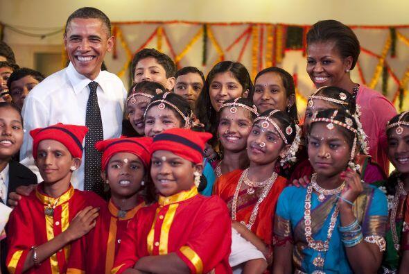 Una de las memorables visitas fue a una escuela en Bombay donde los Obam...