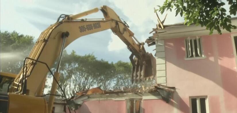 Derrumban en Miami Beach mansión que le perteneció a Pablo Escobar