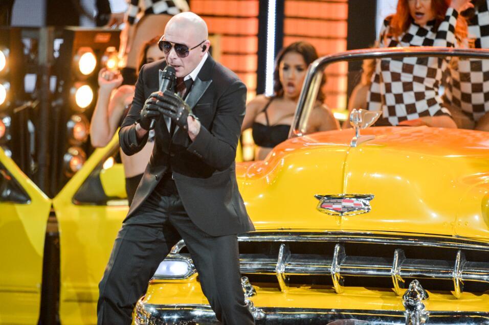 Y  Pitbull nos puso a bailar a todos con 'El taxi'.