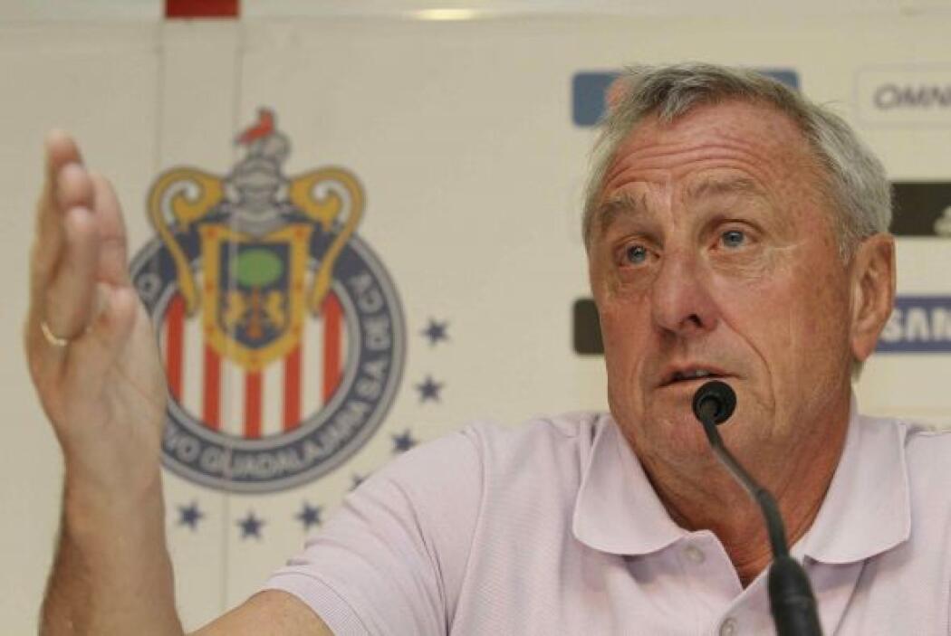 En relación a su decisión de contratar a Johan Cruyff y su instituto par...