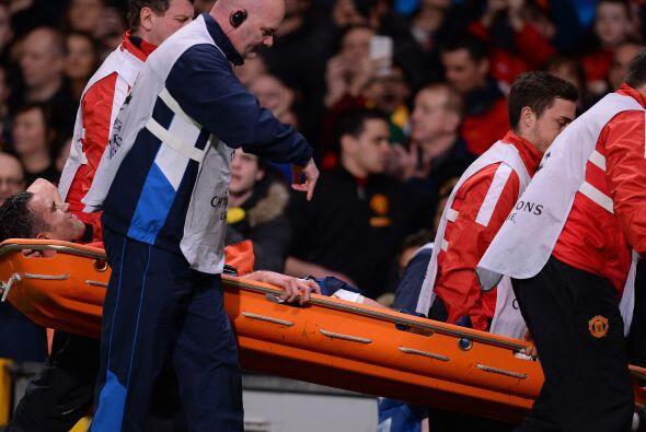 El jugador fue atendido sobre el campo por tres minutos, pero al final t...