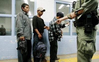 Inmigrantes indocumentados detenidos por la Patrulla Fronteriza en un tr...