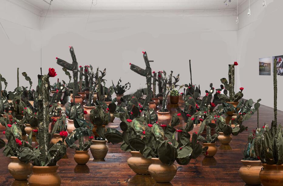 Artista en Arizona crea arte inspirado en el tema de inmigración con los...