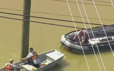 En lanchas rescatan a residentes de Carolina del Norte afectados por inu...