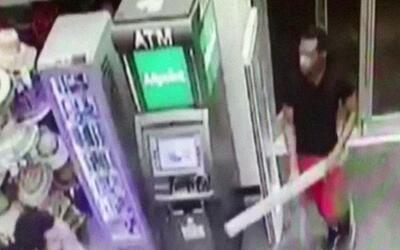 Un ladrón robó más de 500 dólares de una farmacia usando un pedazo de ma...