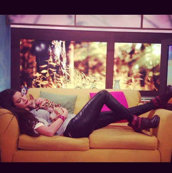 """""""Así descanso con mi peque @HoneyBerryTv mientras están los #PaparrinesN..."""