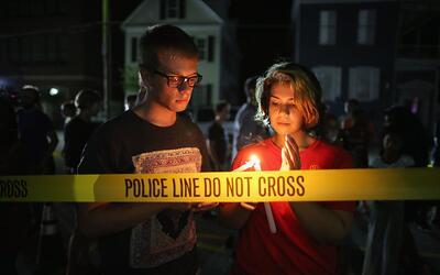 Un grupo de personas realizó una vigilia tras un tiroteo que dejó nueve...