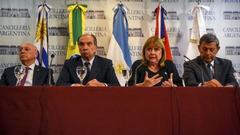 De izquierda a derecha: los ministros de Relaciones Exteriores Eladio Lo...