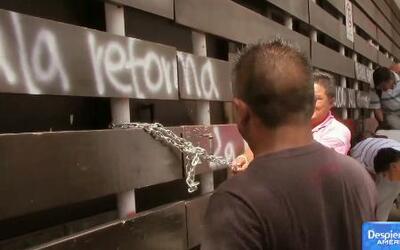 Grupo de maestros se manifiestan violentamente en Oaxaca, México