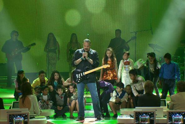 El encargado de abrir el show, fue el cantante Pepe Aguilar, quien cant&...